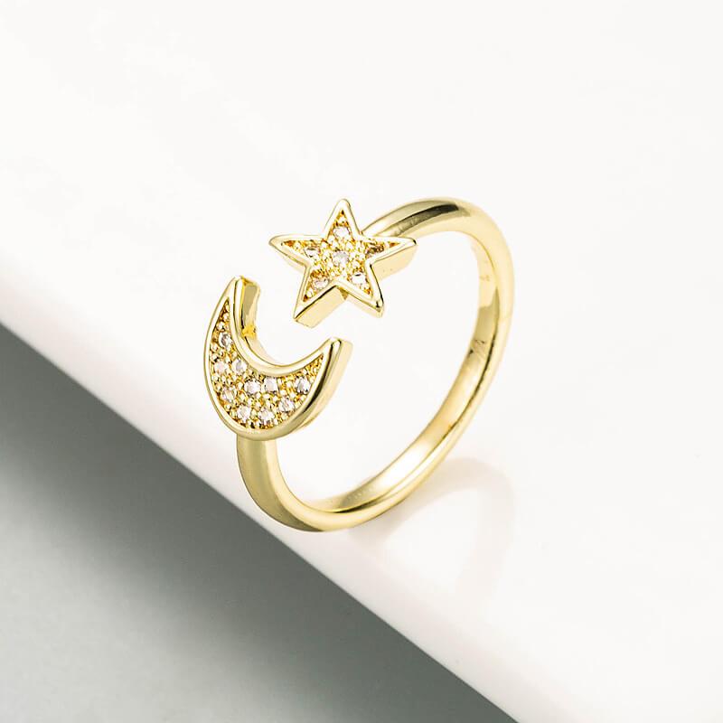 Hermoso anillo abierto con incrustaciones de circonita, bañado en oro. ESTRELLA LUNA